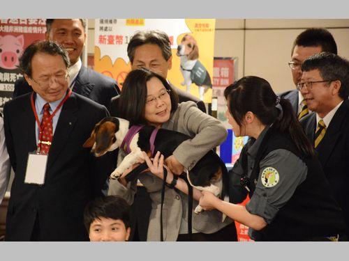 蔡総統、中国に豚コレラの情報公開呼び掛け 防疫探知犬には思わず笑顔