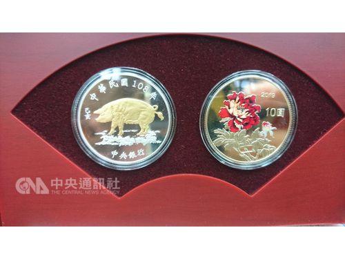 干支の記念硬貨、ブタやボタンのデザインあしらう