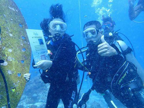 太平洋に浮かぶ離島・緑島で地元ならではの水中卒業式