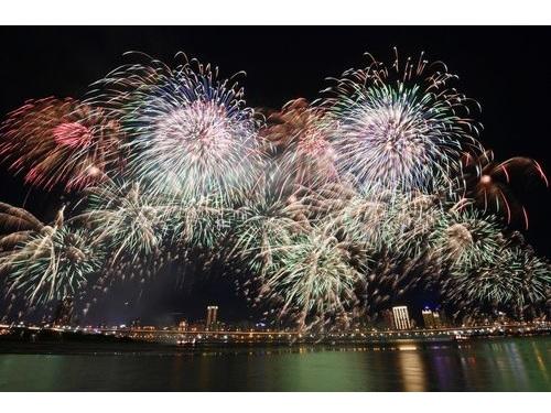 もうすぐ七夕 台北の夜空ロマンチックに彩る花火