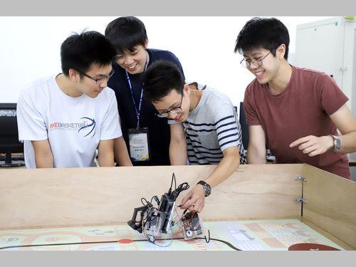 日台の大学生、共同でロボットを設計、製作 夏のサマープログラム