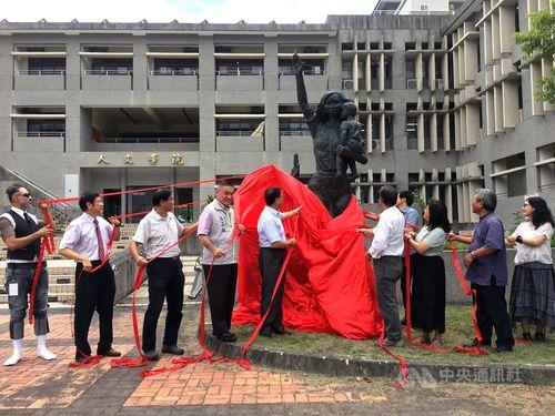 園児守るため犠牲に 幼稚園教員の銅像、除幕式