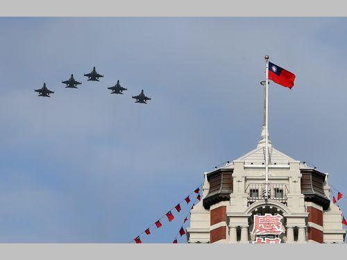 国産戦闘機、総統府上空を通過 国慶節の祝賀飛行リハーサル