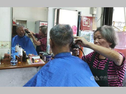 小さな町の理髪店 90歳の常連客、往復100キロでも毎月来店
