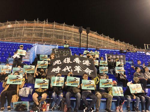 野球の大会に黒服軍団 応援するのは香港チーム 反政府デモ支援で