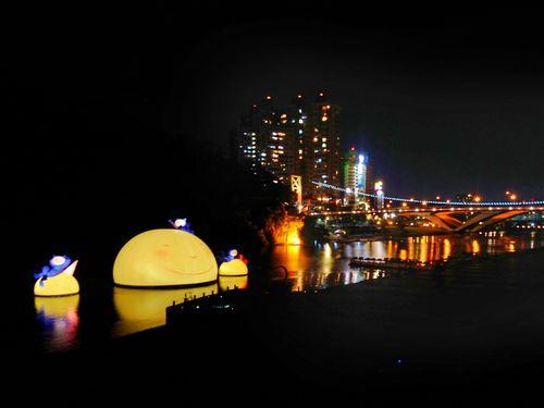 絵本作家ジミーの「お月さま」、新北・碧潭に浮かぶ/台湾