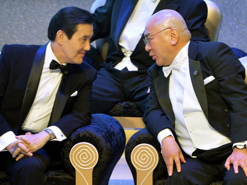 President Ma Ying-jeou (left) and Tang Prize Foundation founder Samuel Yin.