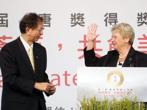 Lee Yuan-tseh (left) and Gro Harlem Brundtland in Taipei in Sept. 2014.