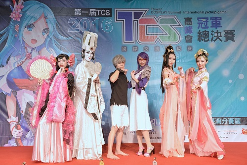 First place winners, MK and Shoya (center / photo courtesy of the Taiwan Cosplay Summit).