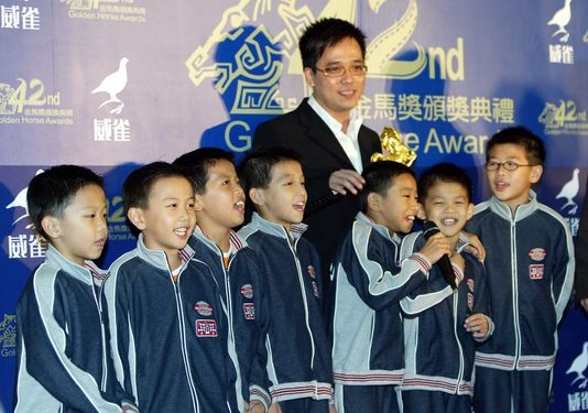 The gymnastics team of Gong Jheng Elementary School at the Gold Horse Awards in 2005, where 'Jump!Boys' won best documentary.