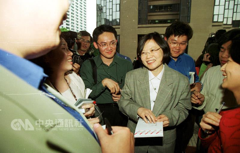 Tsai Ing-wen speaks with reporters after being named to head the Mainland Affairs Council. (CNA photo April 21, 2000)