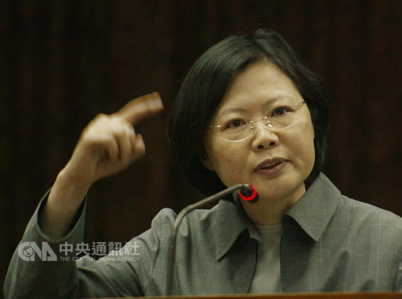 Tsai Ing-wen conducts first questioning of government officials as a lawmaker. (CNA photo March 21, 2005)