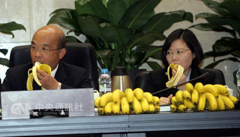 Premier Su Tseng-chang (left) and Vice Premier Tsai Ing-wen promote consumption of bananas. (CNA photo Oct. 18, 2006)