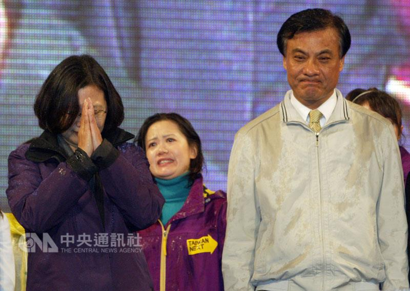 Tsai Ing-wen (left) and her running mate Su Jia-chuyan (right) face supporters after their election defeat in 2012. (CNA photo Jan. 14, 2012)