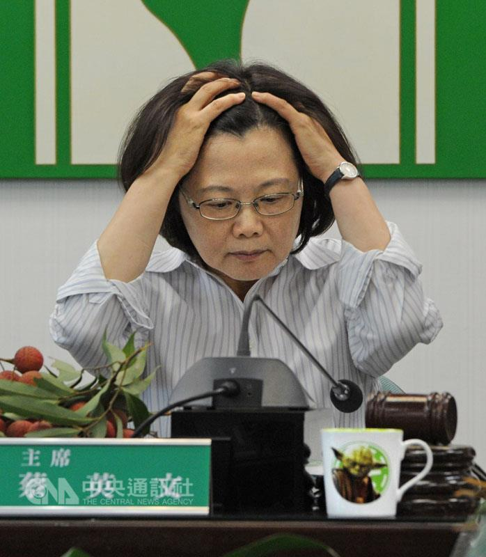 DPP Chairwoman Tsai Ing-wen shows a cup featuring a Star Wars character after her Time magazine cover story was published. (CNA photo June 24,. 2015)