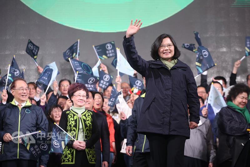 Tsai Ing-wen (front) greets supporters after winning the presidential elections. (CNA photo Jan. 16, 2016)