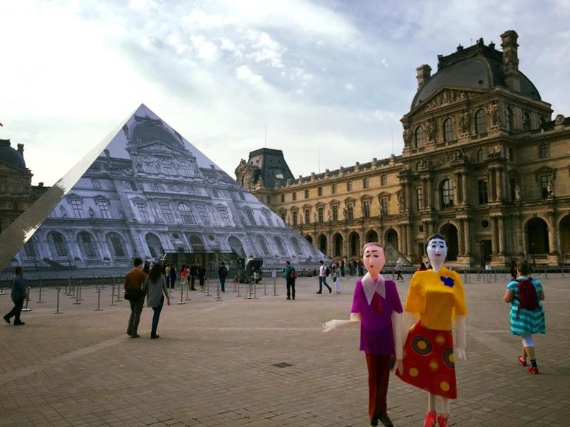 In front of the Louvre Museum. (Photo courtesy of Zhang Xu-zhan)