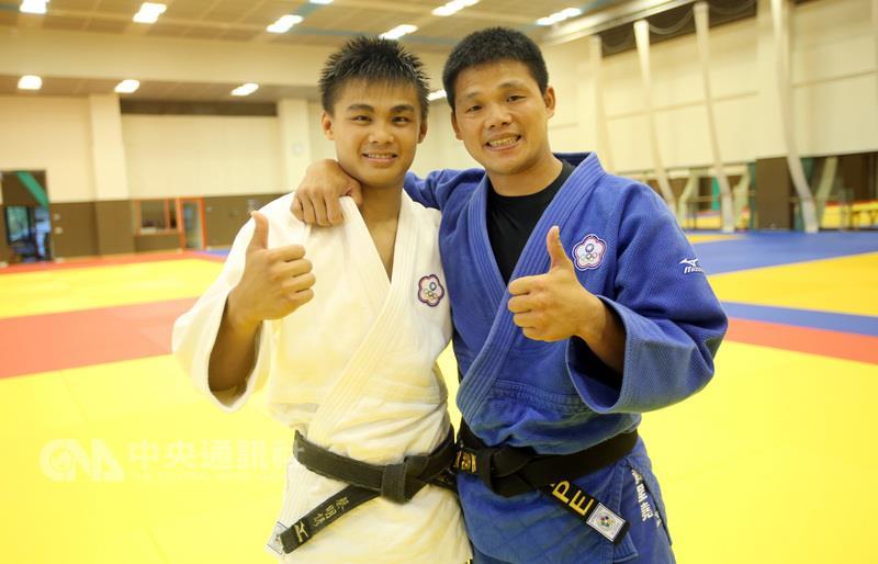 Tsai Ming-yen (left) and his coach Huang Cheng-yao.