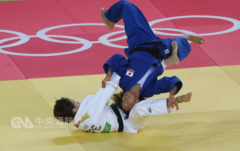 Lien Chen-ling (in white) competes against Japan''''s Kaori Matsumoto in the bronze medal match.