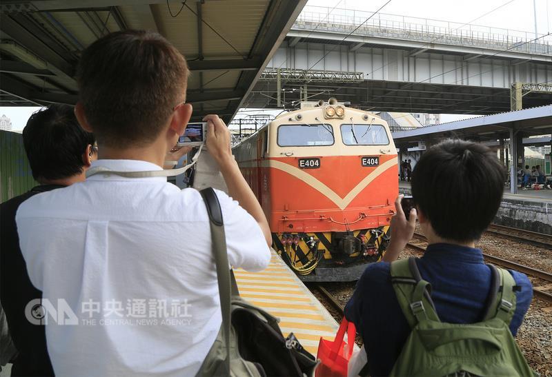 Railway enthusiasts bid farewell to overnight service