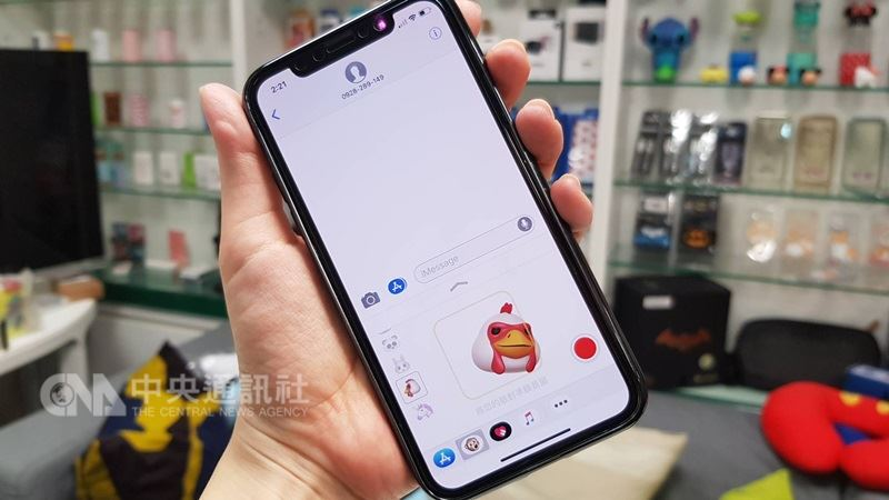 蘋果2019年新款iPhone可能取消放置3D感測元件與照相鏡頭模組區域的「瀏海」設計,但仍具備臉部辨識功能。圖為iPhone X。(中央社檔案照片)