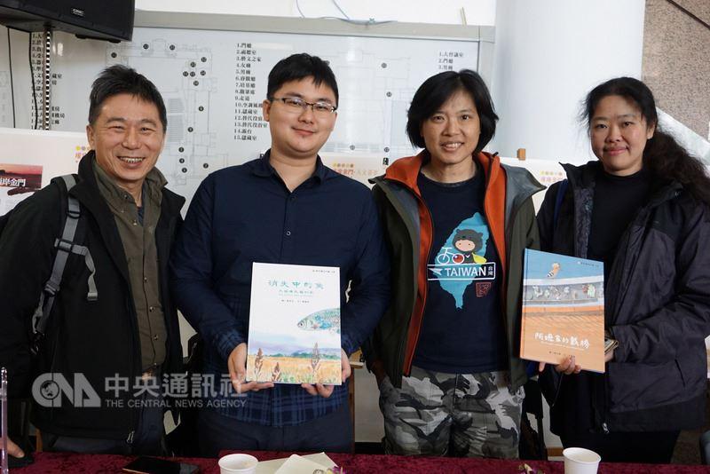 金門縣文化局10日舉辦聯合新書發表會,共發表14本新書。其中,兒童生態繪本「阿嬤家的戴勝」和「消失中的魚」是這次發表會的亮點。中央社記者黃慧敏攝 107年3月10日