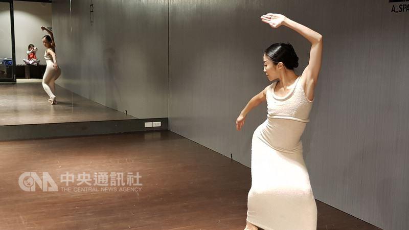 台灣舞者簡珮如(右)以瑪莎葛蘭姆舞團首席舞者的身分,率領舞團回台演出,將表演獨舞「狂喜再現」,她這次也帶7歲女兒(左)回台,簡珮如女兒在場外捕捉媽媽的身影。中央社記者鄭景雯攝 107年3月12日