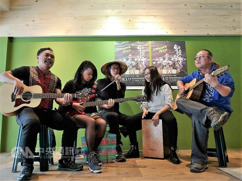 雞農陳健福(中)結合一群年輕時都曾組樂團的屏東農夫,舉辦「農人祭Music Festival」音樂會,17日將在屏東熱帶農業博覽會場地開唱。中央社記者郭芷瑄攝 107年3月13日