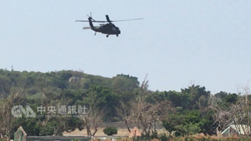 一架UH-60M黑鷹直升機13日上午由新社基地起飛執行任務時警示燈亮起,上午9時14分採標準程序,預警降落高雄林園靶場,人機平安,經陸軍航空特戰指揮部派員檢修後,中午升空返航。(民眾提供)中央社記者程啟峰高雄傳真 107年3月13日