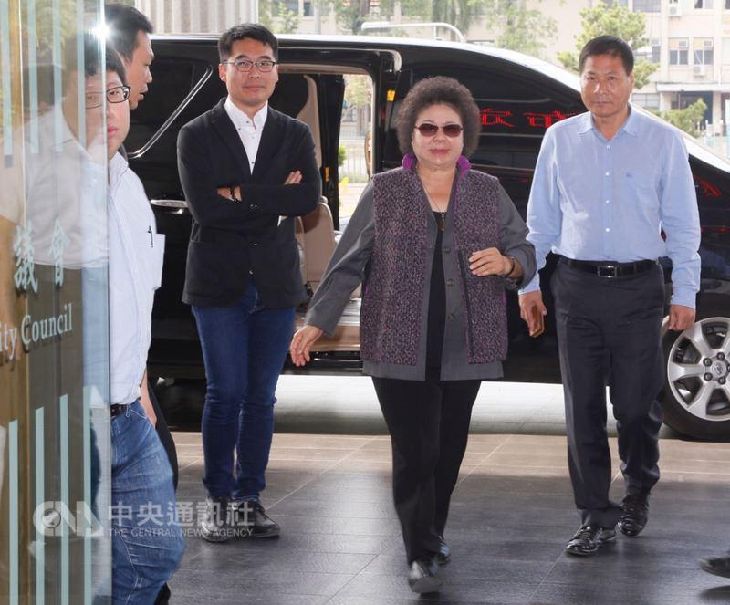 高雄市長陳菊(右2)14日上午出席市議會定期大會開幕前受訪表示,民進黨內有人要她去中央黨部,也有人要她留下輔選高雄市的選舉,繼續讓高雄市議會席次過半,她說,各界寶貴的意見都會慎重思考。中央社記者董俊志攝  107年3月14日
