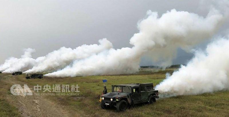 陸軍第八軍團14日發布新聞稿表示,為提升基礎戰力本週執行「戰備任務訓練週」,39化學兵則在屏東昌隆農場實施反空降煙幕掩護作業。(陸軍第八軍團指揮部提供)中央社記者游凱翔傳真 107年3月14日
