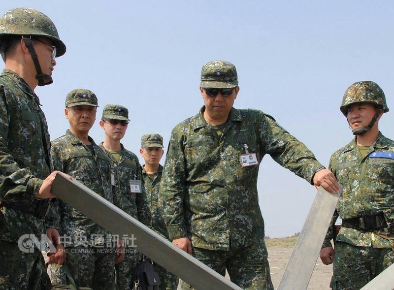 陸軍第八軍團14日發布新聞稿表示,為提升基礎戰力本週執行「戰備任務訓練週」,中將指揮官陳曉明(右2)也前往視察。(陸軍第八軍團指揮部提供)中央社記者游凱翔傳真 107年3月14日