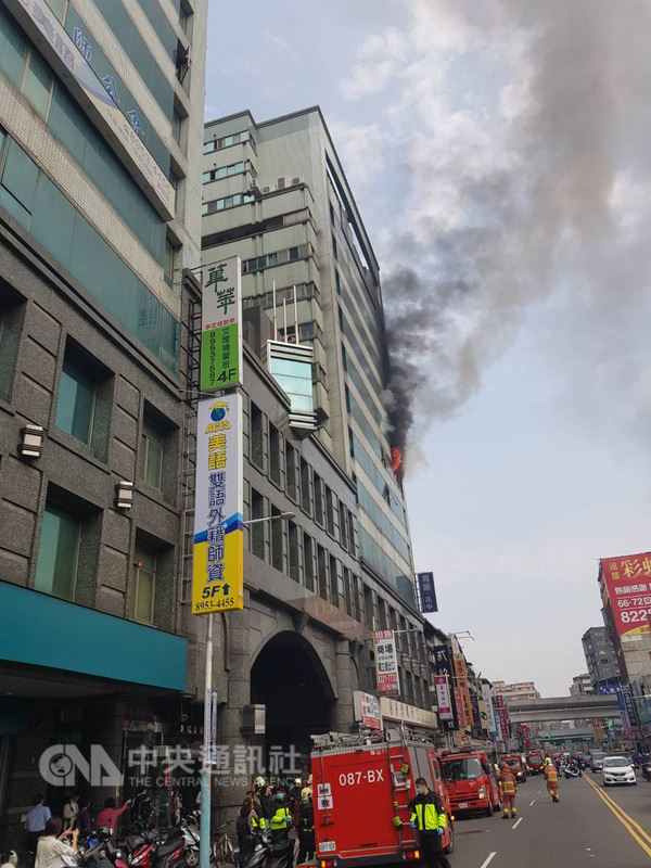 新北市消防局14日上午11時36分獲報,板橋區中山路一段台灣銀行樓上有火煙冒出。消防人員前往搶救並控制火勢,救出一人。(新北市消防局提供)中央社記者林長順傳真  107年3月14日