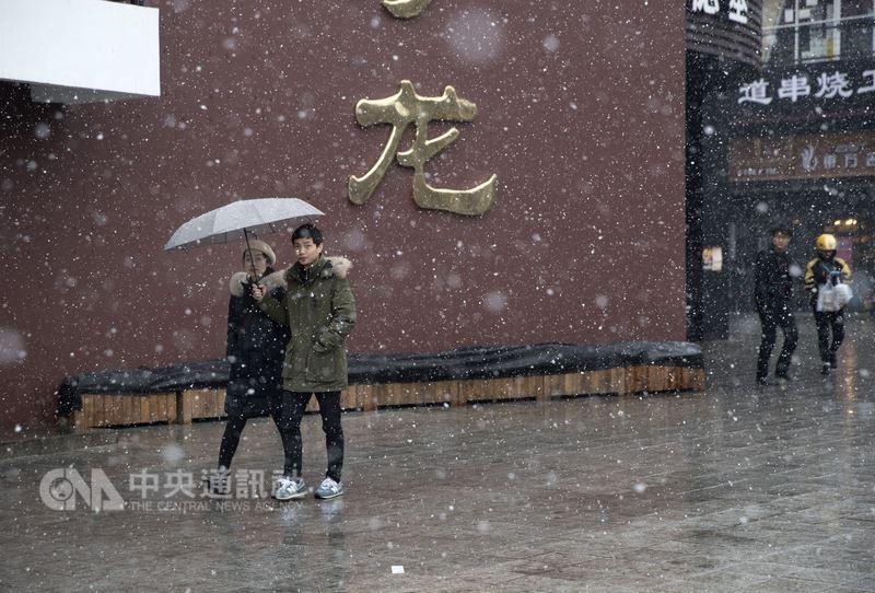 北京連續無有效降水日已經145天,在17日降下入冬初雪,適逢中國全國人大選舉國家主席,官媒央視新聞把這場瑞雪和習近平的連任套在一起。(中新社提供)中央社 107年3月17日