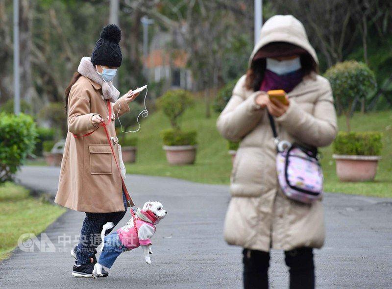 中央氣象局預報員表示,21日大陸冷氣團報到,一直到23日,中部以北低溫下探攝氏13到15度。(中央社檔案照片)