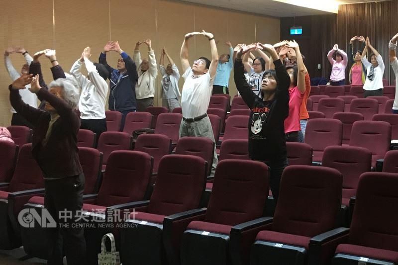 奇美醫學中心18日在台南市立文化中心舉辦偏頭痛病友聯誼活動,醫師建議,適量攝取堅果及蔬菜類食物,並透過太極等放鬆身體的運動,有助降低發作頻率。(奇美醫學中心提供)中央社記者楊思瑞傳真 107年3月18日