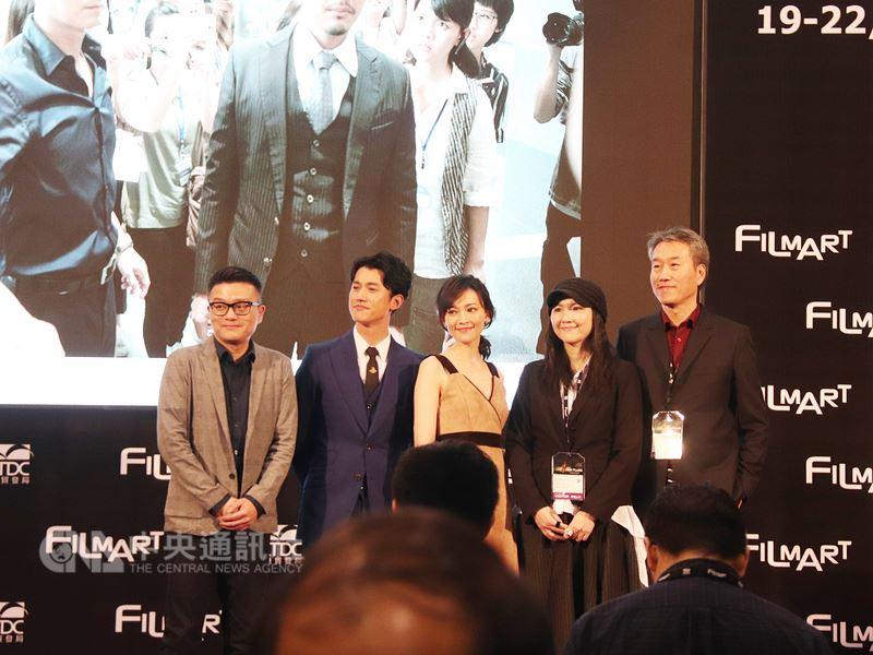香港國際影視展19日揭幕,台灣參展團在展場舉辦推廣酒會並播放了電影「引爆點」和「范保德」的片段,圖為「引爆點」的製作人員和演員上台宣傳。中央社記者張謙香港攝 107年3月19日