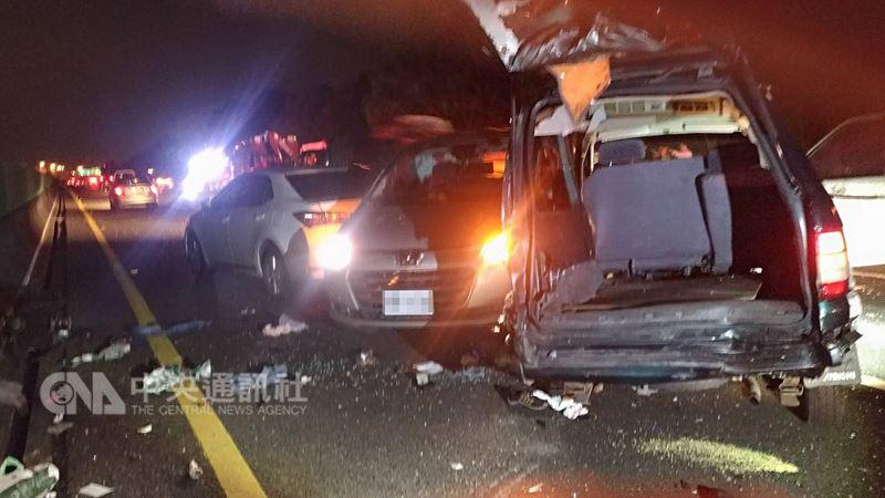 國道3號嘉義縣中埔鄉北上路段,19日晚間發生8車追撞的車禍意外,造成12人輕傷送醫,現場一片狼藉,事故原因有待調查。(嘉義縣消防局提供)中央社記者江俊亮傳真 107年3月19日
