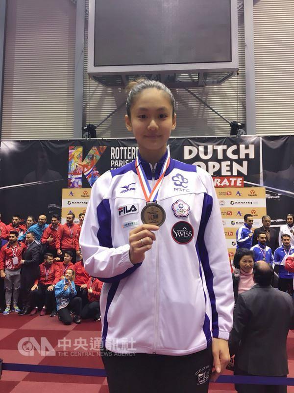 台灣空手道「小清新」文姿云18日在荷蘭世界公開賽女子55公斤級賽事,以3比1漂亮取勝,拿下她今年首面金牌。(文姿云提供)中央社記者李晉緯傳真 107年3月19日