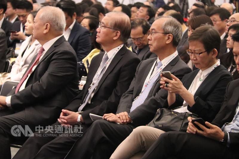 台灣的生策會副會長、前台大校長楊泮池(前排左2)22日率團參加香港交易所舉辦的生物科技峰會,並與港交所簽定備忘錄,承諾促進合作。中央社記者張謙香港攝  107年3月22日