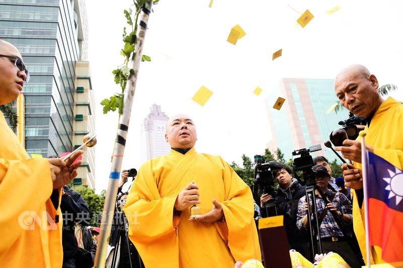 反軍人年改團體22日下午齊聚立法院準備遊行至總統府前,出發前由法師舉辦祭拜儀式。中央社記者游凱翔攝 107年3月22日