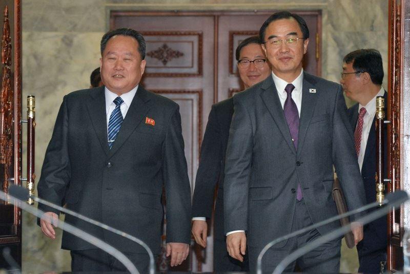 南北韓29日上午舉行高層會談,南韓統一部長趙明均(右)與北韓祖國和平統一委員會委員長李善權於會中敲定文金會日期。(韓聯社提供)