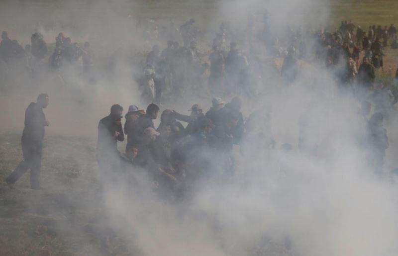 巴勒斯坦市民30日在加薩市舉行大型示威,到以色列邊界時和以色列軍隊發生衝突,以色列軍隊投擲催淚彈要求巴勒斯坦市民撤退。(路透社提供)