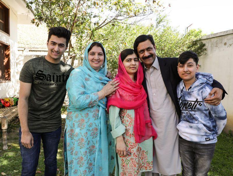 諾貝爾和平獎得主馬拉拉.尤沙夫賽(中)睽違5年,29日終於回到家鄉巴基斯坦。(圖取自馬拉拉推特網頁twitter.com/malala)