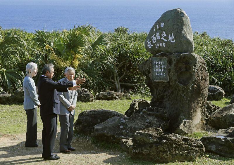 日皇明仁(右)與皇后美智子(左)28日首度造訪日本國境最西端的與那國島,並造訪日本最西端的石碑。(共同社提供)
