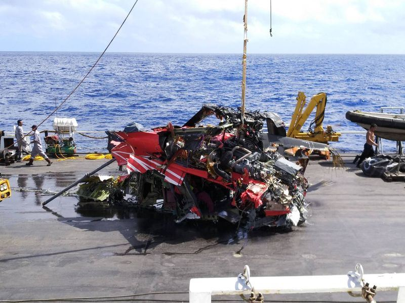 空勤總隊一架黑鷹直升機2月執勤時失事墜海,12日下午已打撈起部分殘骸,飛安會證實內有兩遺體,直升機只剩不成形的中段機身,黑盒子也在殘骸內。(飛安會提供)中央社記者汪淑芬傳真 107年4月12日