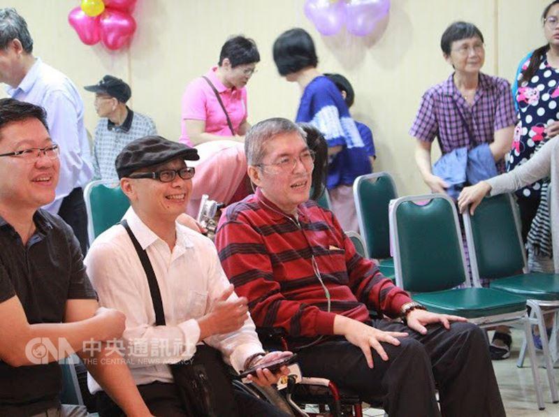前高雄市立民生醫院院長蘇健裕(前左3)與直腸癌奮戰4年,在醫生判定無法再積極治療的情形下,決定舉辦生命告別式「快轉人生畢業典禮」,親友及同窗好友等約200人與會,過程有笑有淚。(尹亞蘭提供)中央社記者王淑芬傳真 107年4月16日