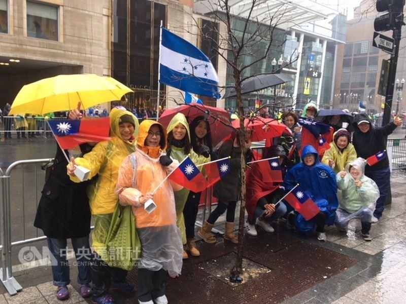 第122屆波士頓馬拉松賽美東時間16日登場,部分台灣波馬加油團成員在加油站旁舉國旗合影。(駐波士頓代表處提供)中央社記者尹俊傑紐約傳真  107年4月17日