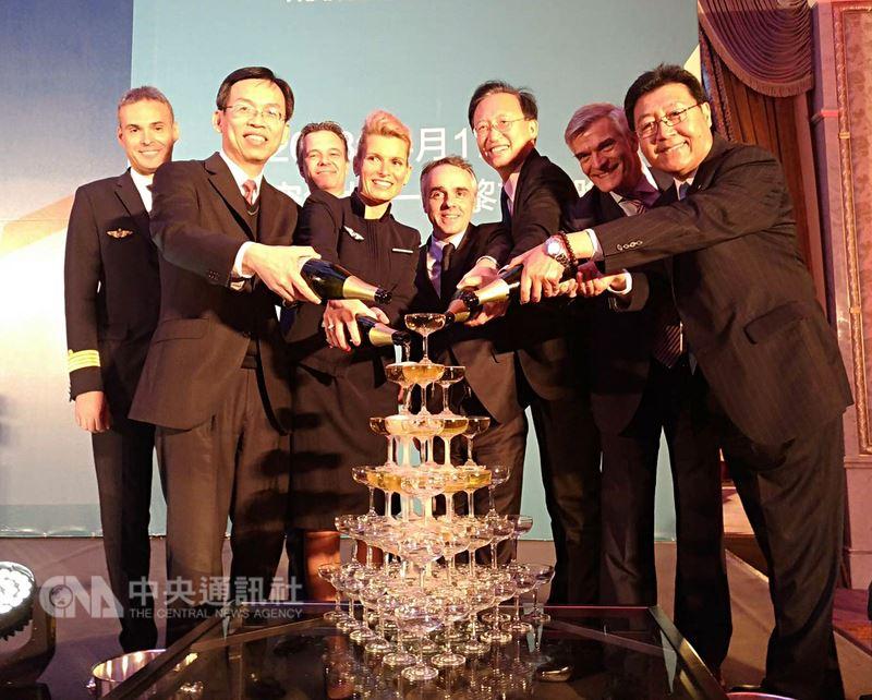 法國航空重返台灣,首班機17日上午抵達台灣,晚間在台北舉行首航晚宴,與會貴賓一同將香檳注入香檳塔慶祝。中央社記者汪淑芬攝 107年4月17日