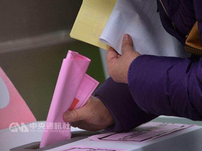 中選會主委陳英鈐25日表示,現在要提公民投票案好像去便利超商那麼容易,截至目前已有27案,預估最後成案,年底要投的公投票會超過10張。(中央社檔案照片)